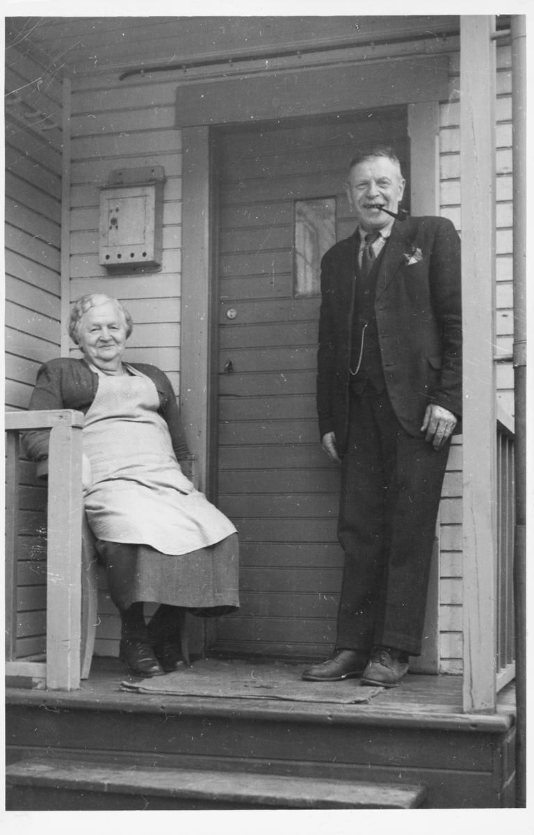 Anna og Emil Størkersen på trappa hjemme.