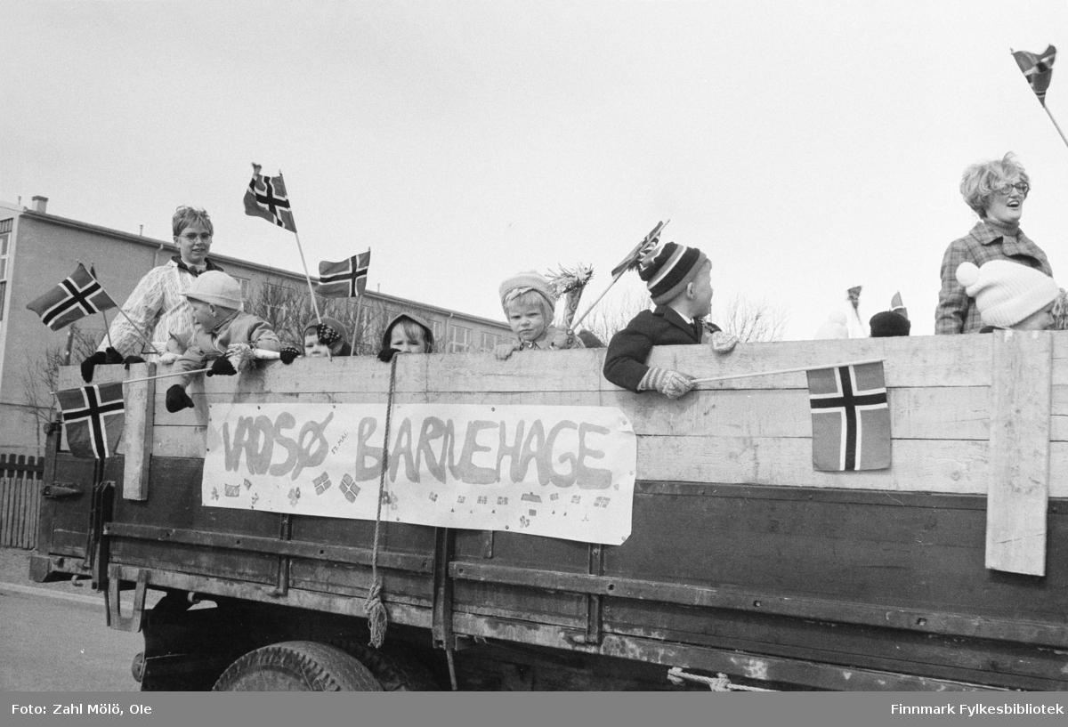 Vadsø, 17.mai 1970. Barnetoget. Vadsø musikalske barneskole står på  lasteplanet av en lastebil.