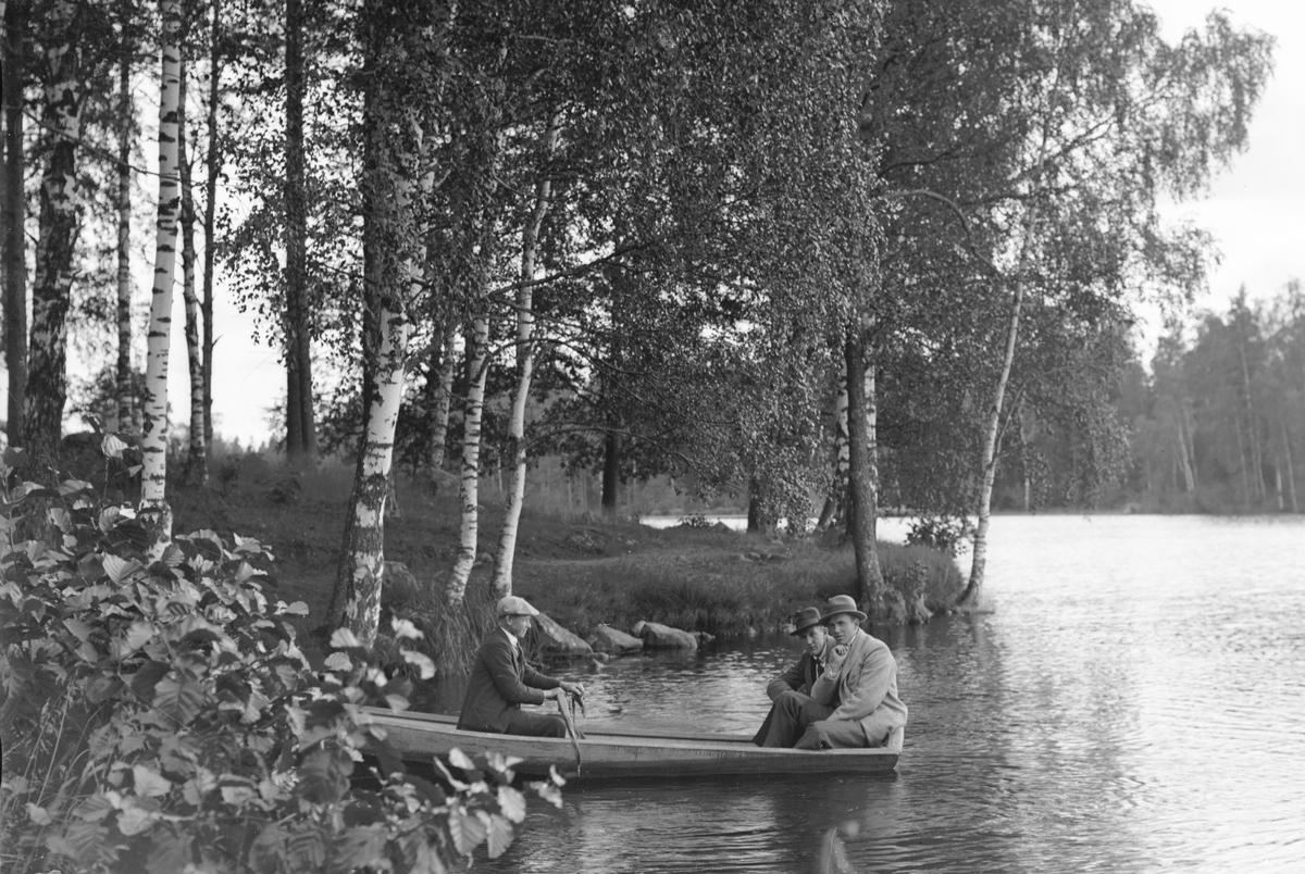 Nedre dammen i Gammelstilla. Vid årorna Gustav Englund, Prästhyttan och i aktern sittandes till höger Einar Larsson.