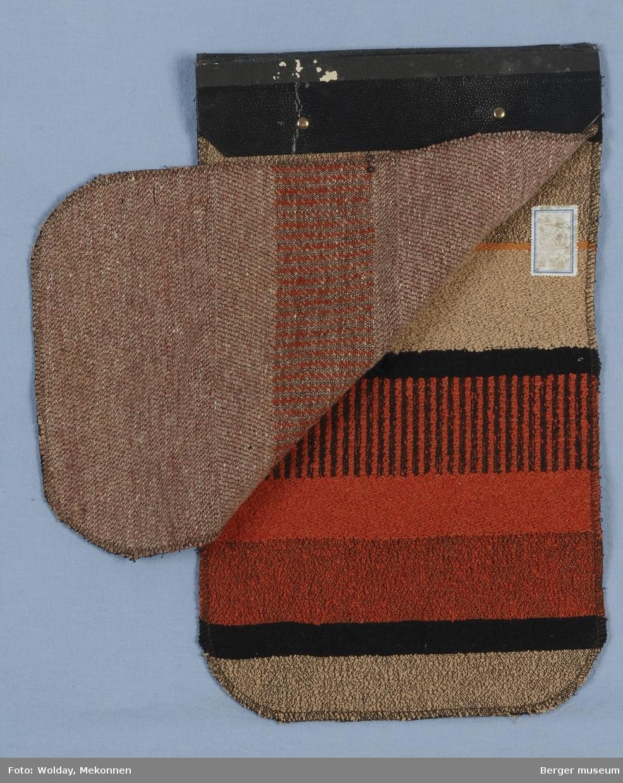 2 prøver Møbelstoff Brede striper tilsynelatende like, men den ene prøve har en lys grå stripe og den andre prøven har en lys brun stripe.