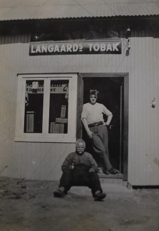 """""""Gamlesmeden"""" Hans og ny kjøpmann Gunnar Håkensen foran nyåpnet landhandel i smias verkstedbygg sist i1920-årene."""