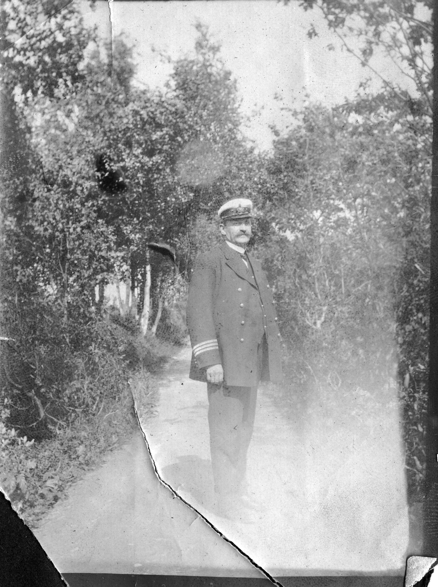 Kaptein E.Wang avbildet på grusvei i bjørkeskog.