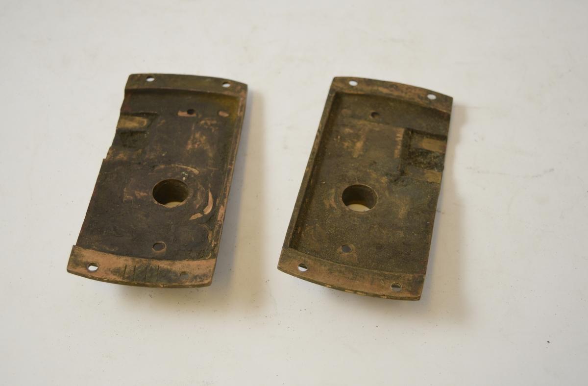 Dørbeslag, dørhåndtaket monteres gjennom beslag og dørblad. Høyre og venstre side.