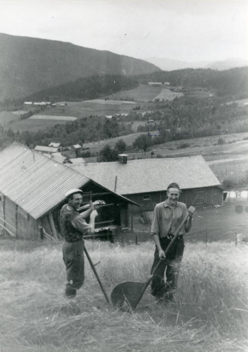 Kolbjørn og Arne Kleven driver med skurdonn i Brattrud, ca 1950.