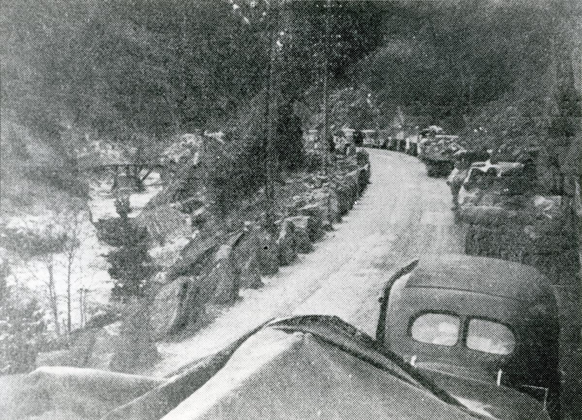 Norsk bilkolonne i Bagnskleiva etter at Storebrua var sprengt 18.april 1940.