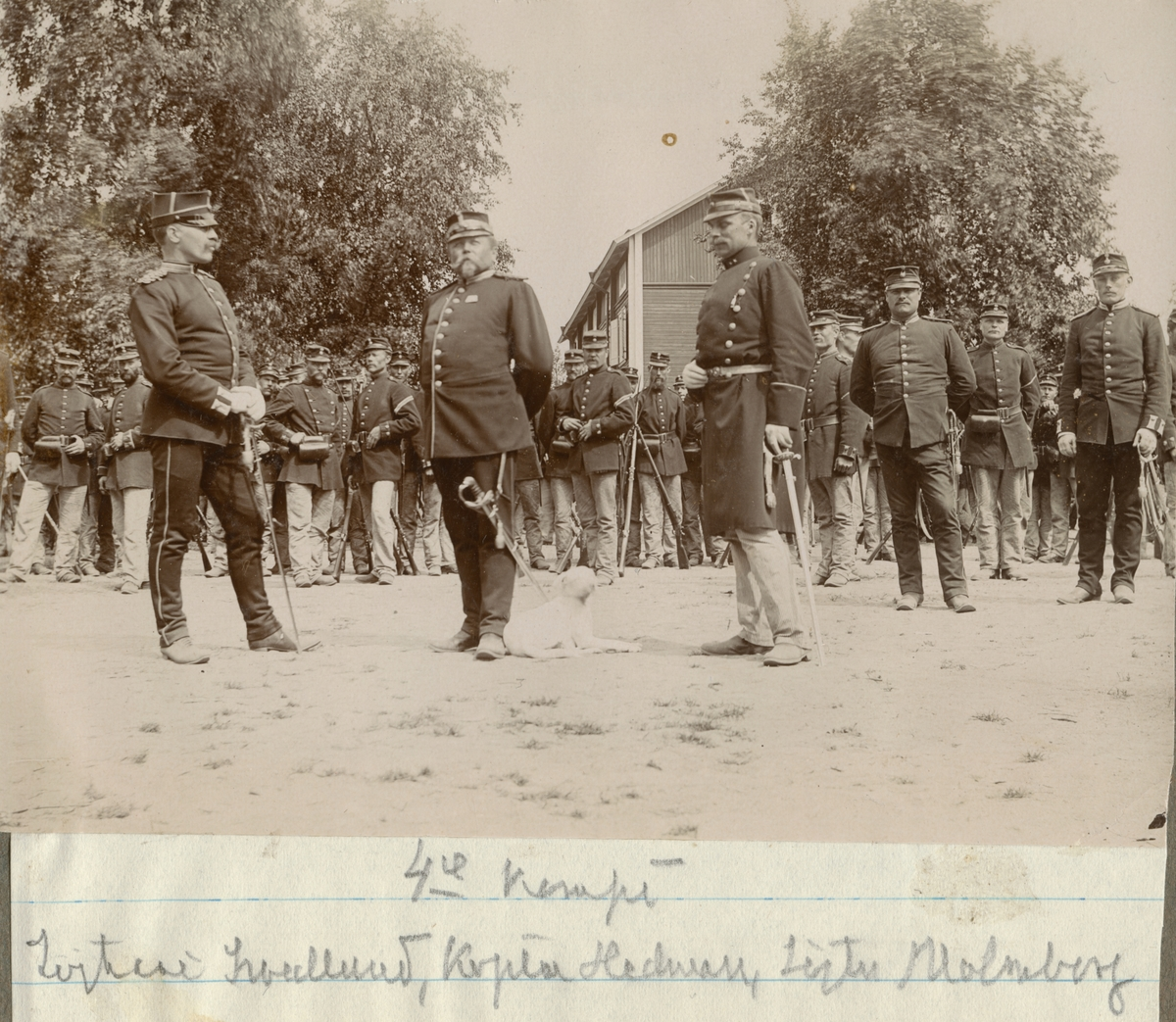 Officerare från Hälsinge regemente framför manskapet på regementets övningsplats Mohed.
