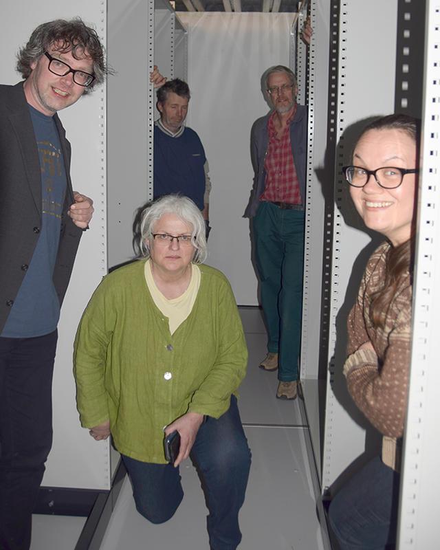 Nye arkivreoler i magasinet. Fra venstre Bersvend Salbu, Maren Kværnes Halberg, Torgeir Rennemo, arkivansvarlig Arild Alander og Kirsten Frønæs. Foto: Per Arne Tollefshagen. (Foto/Photo)