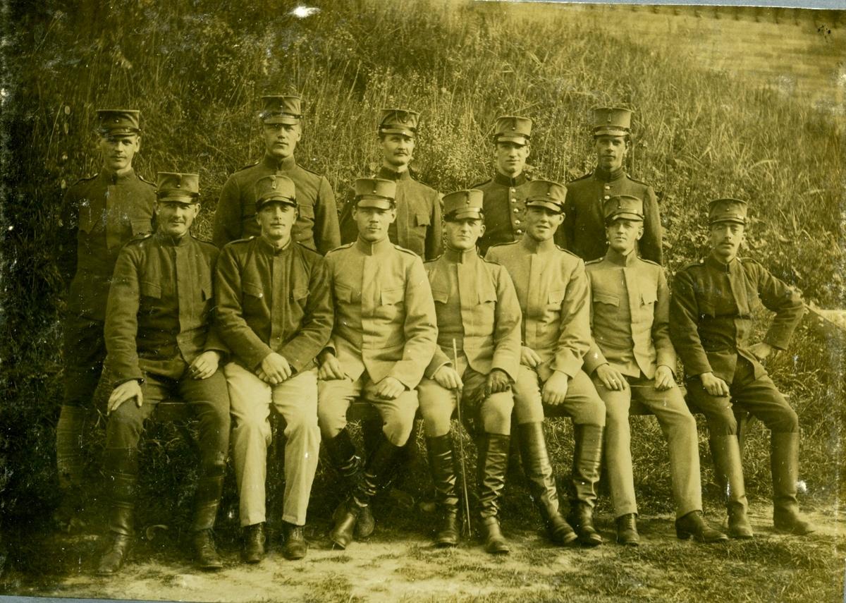 Militärer med vapen (12 man), Karlsborg.