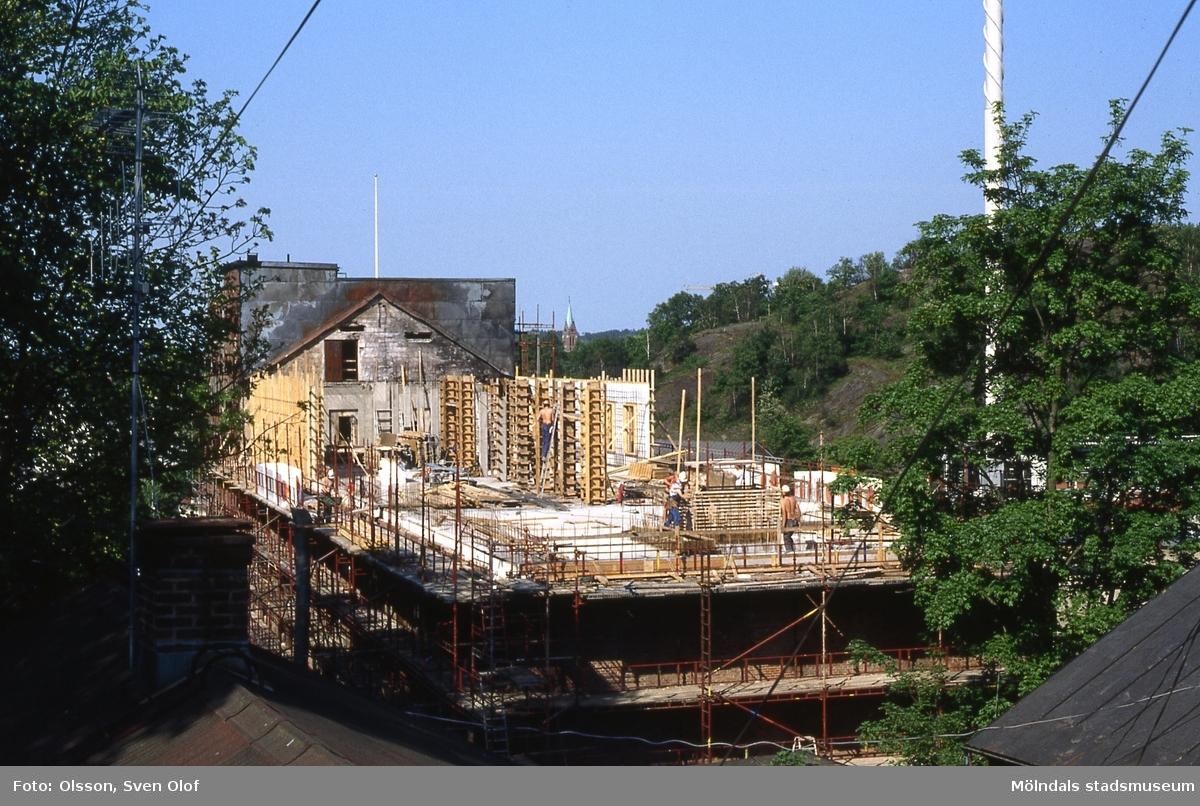 Uppbyggnaden av Stora Götafors efter branden har börjat. Mölndal, juni 1989. Kv 5:34.