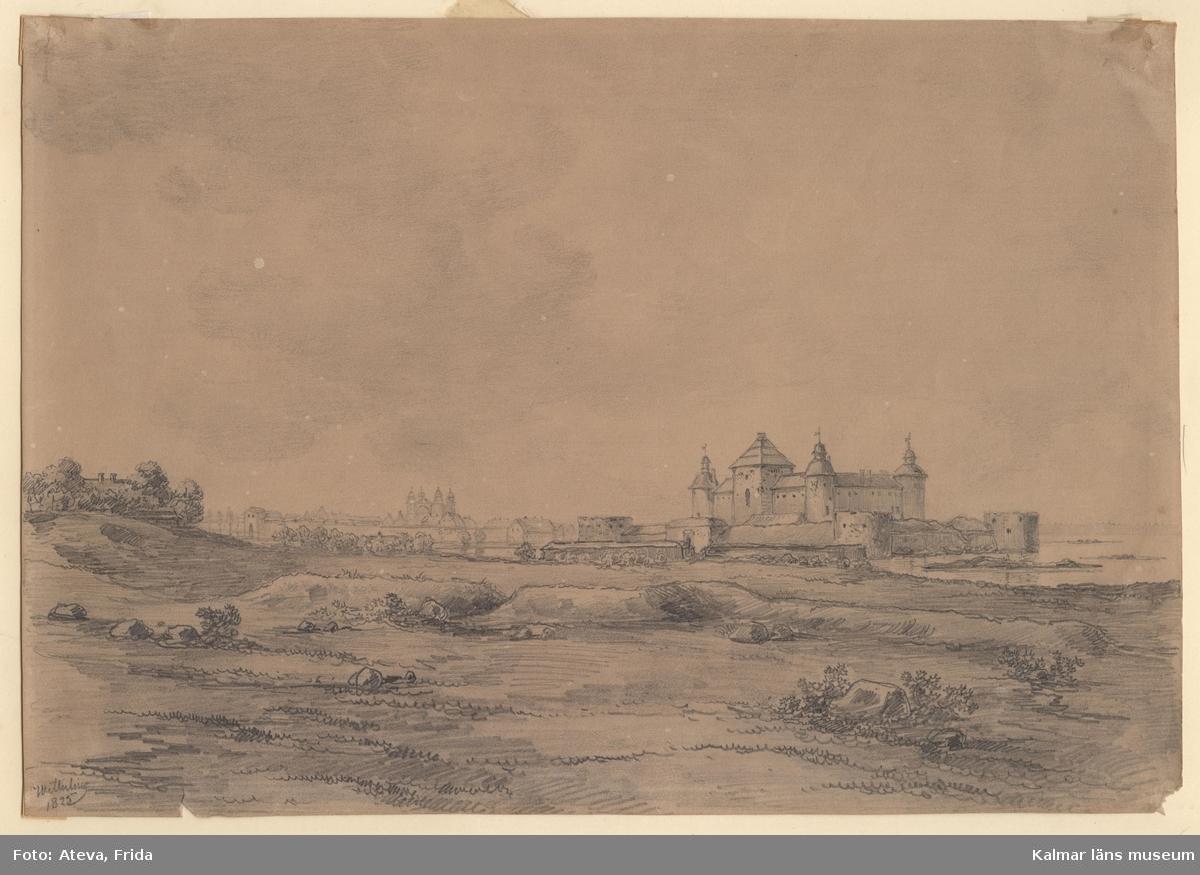 Motiv med Kalmar slott från sydväst. Kalmar stad med Kvanholmens bebyggelse, Västerport och domkyrkans siluett i bakgrunden. Förgrunden domineras av ängsmark med slottet på avstånd.