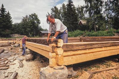 Antikvariske bygninger trenger ofte nytt treverk innimellom, her passes nytt og gammelt laftetømmer sammen. (Foto/Photo)