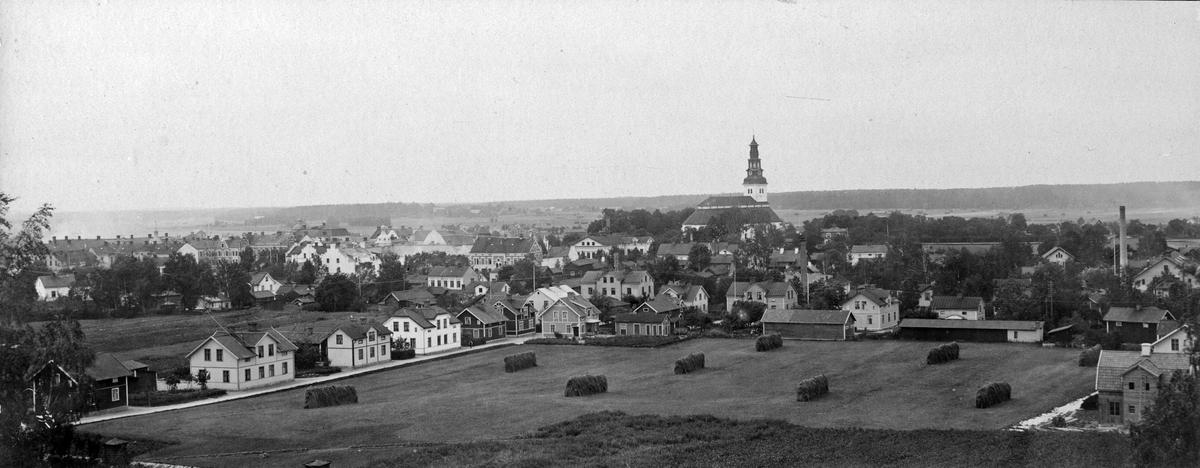 Vy från Bondgårdsberget, 1900-10.Tunadal. T.v. syns Hovgatan, fabriksskorstenen t.h. tillhör Forså Väveri.