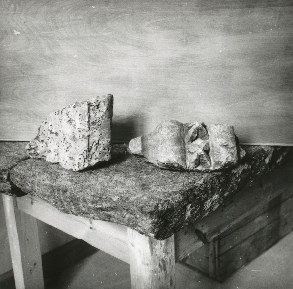 Et eldre gjenstandsfotografi av klebersteiner med profiler fra samlinga på Sunnmøre Museum. Disse er opprinnelig fra Borgund.