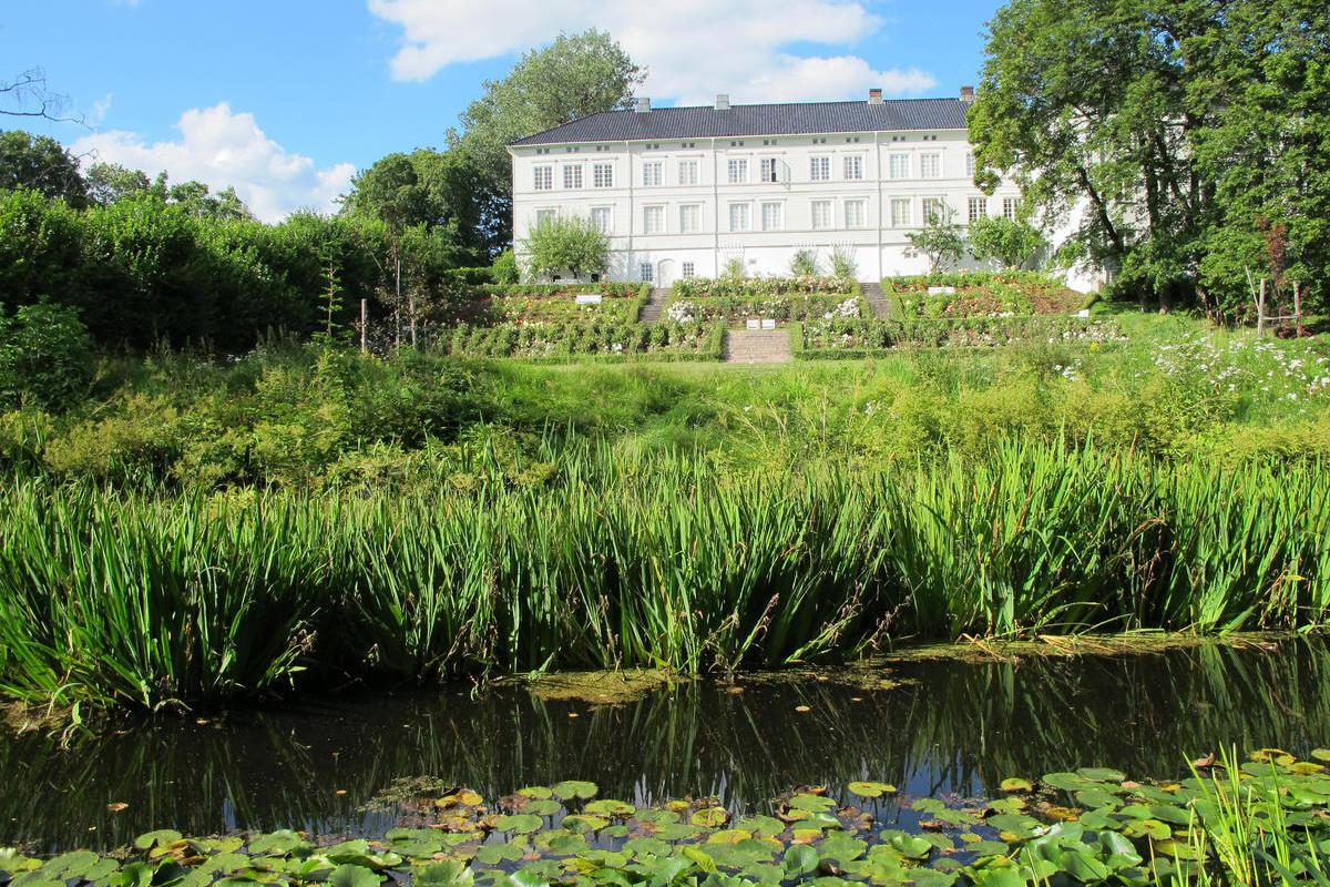 Museene-i-Akershus_Linderud-gard_hage.jpg