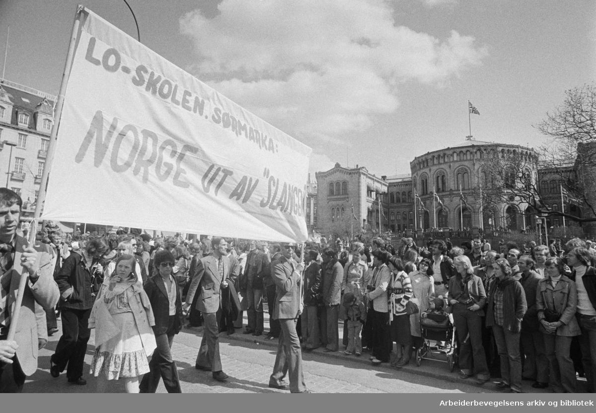 1. mai 1978 i Oslo.Demonstrasjonstog.Parole: LO-skolen.Ssørmarka: Norge ut av