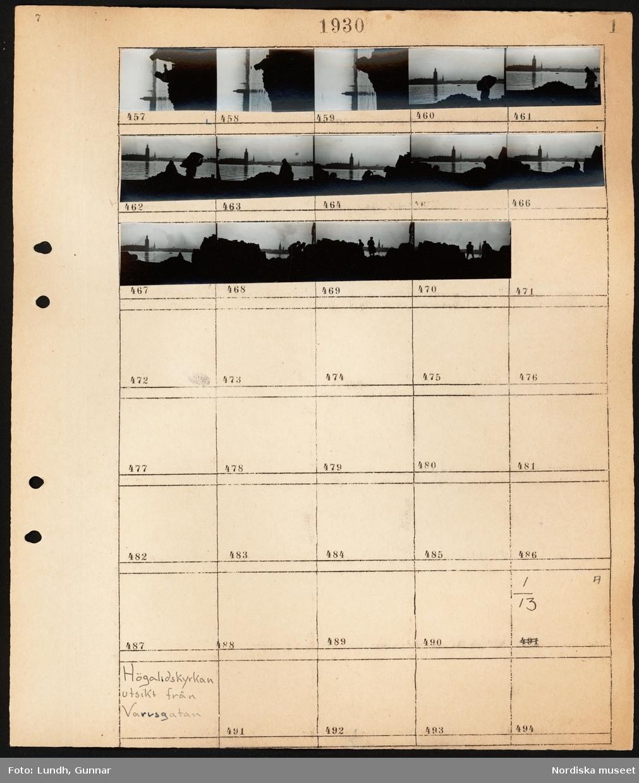 Motiv: Stadshuset; Utsikt från en kaj där två män arbetar och bär säckar. På andra sidan vattnet ser man Stockholms stadshus.  Motiv: Högalidskyrkan, utsikt från Varvsgatan. Ej kopierat.