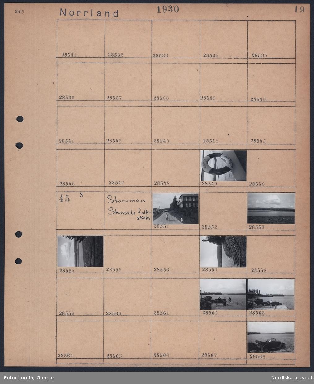 """Motiv: Norrland, Storuman - sjön; En upphängd livboj med text """"Turisten Storuman"""".  Motiv: Storuman, Stensele folkskola; Ett barn med cykel och ett barn vid vägkanten på grusväg med hus i bakgrunden, landskapsvy med timmer i sjö och fjäll i bakgrunden, tre män i cykel på en brygga, två personer sitter i en bil som är parkerad på en brygga."""