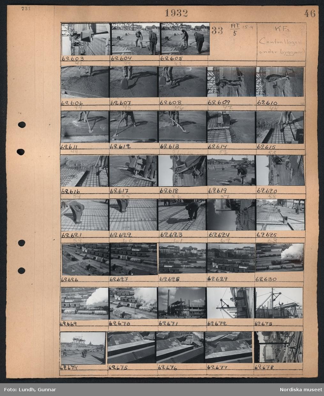 Motiv: K.F.s bageri coh charkuterifabrik, Centrallagret; Två män arbetar med gjutning.  Motiv: K.F.s Centrallager under byggnad; En man arbetar med gjutning och armeringsjärn på en byggarbetsplats, järnvägsområde med järnvägsvagnar, en man vid en lyftkran, vy över hustak.