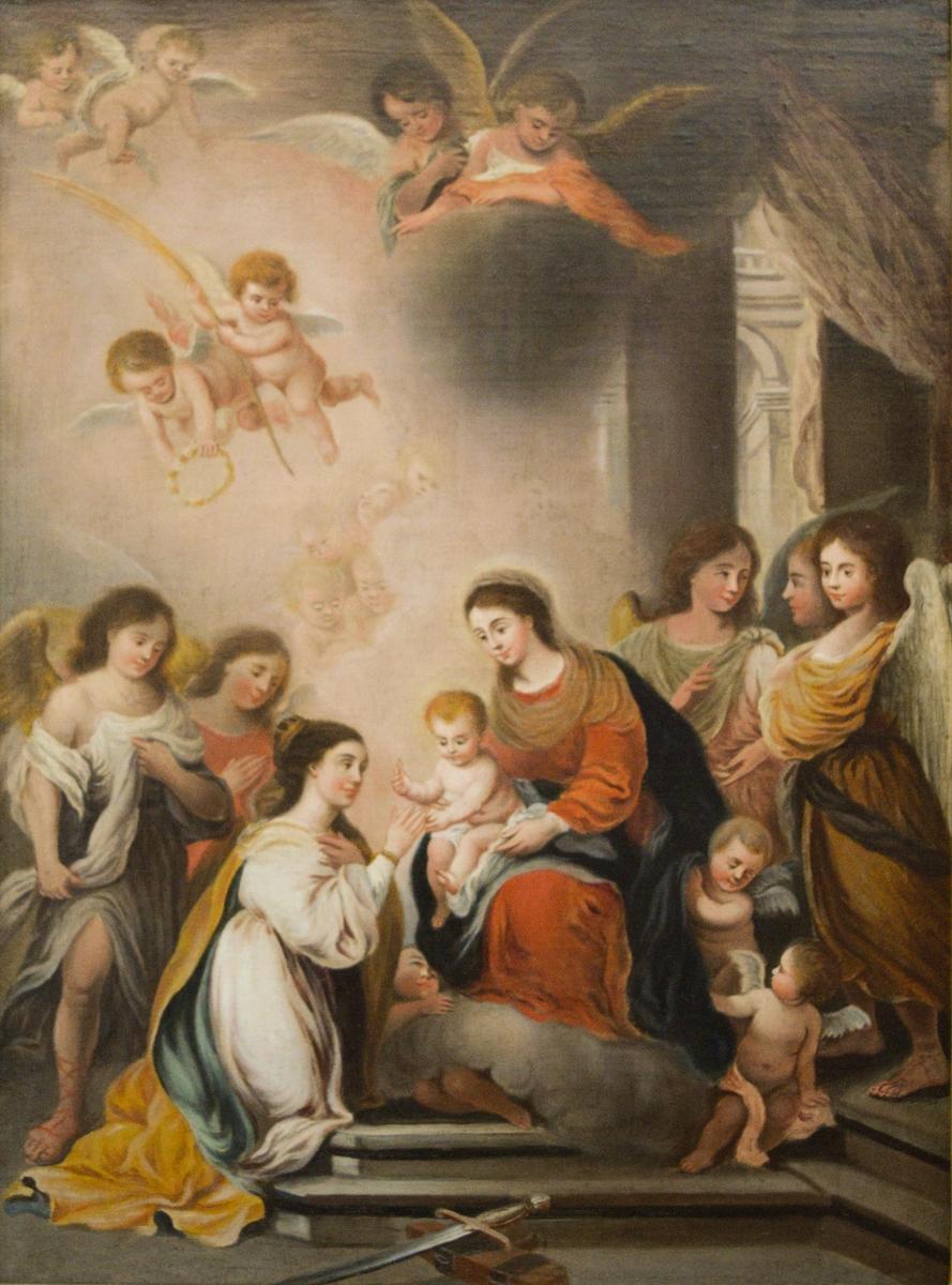 """Jomfru Maria med Jesus-barnet og kvinnelig helgen. Sentralt i bildet sitter Jomfru Maria med Jesus-barnet i fanget. Jesus holder en ring som han skal til å sette på fingeren til en knelende kvinne. Kvinnen har en liten korne eller et diadem i håret. Den sentrale gruppen omgis av større engler. Bak og over sees mindre engler blant annet to flyvende med en krans og palmegrein. I forgrunnen ligger et sverd på en del av et hjul som er St. Katarinas attributter. Til høyre i bildet får man et glimt innover i et arkitektonisk miljø. Motivet kan klassifiseres som """"den hellige Katarinas trolovelse""""."""