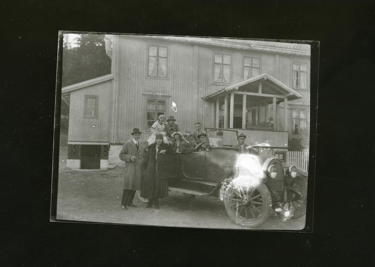 Den første rutebilen i Sør-Aurdal. Eigar var Otto Garthus og Kristoffer Rustebakke. Utanfor Fjellheim, Bagn.