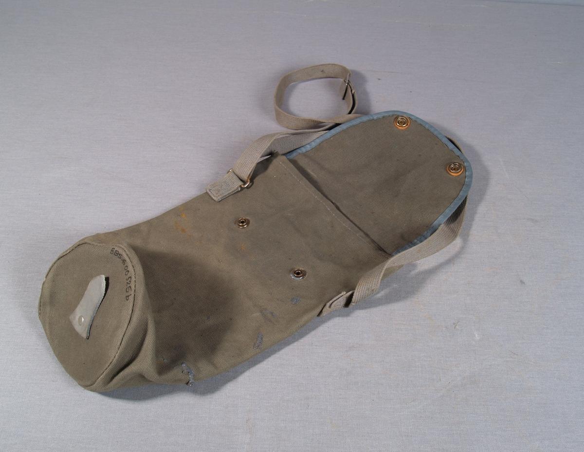 Pose til oppbevaring av gassmasken er i bomullslerret, sylindrisk form med klaffelukking og trykknapper, dobbel bærerem festet i posens sider. lærstykke festet utenpå bunnen av posen.