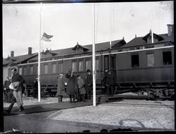 Kung Gustav V kliver av tåget vid Skeppsbron under ett besök