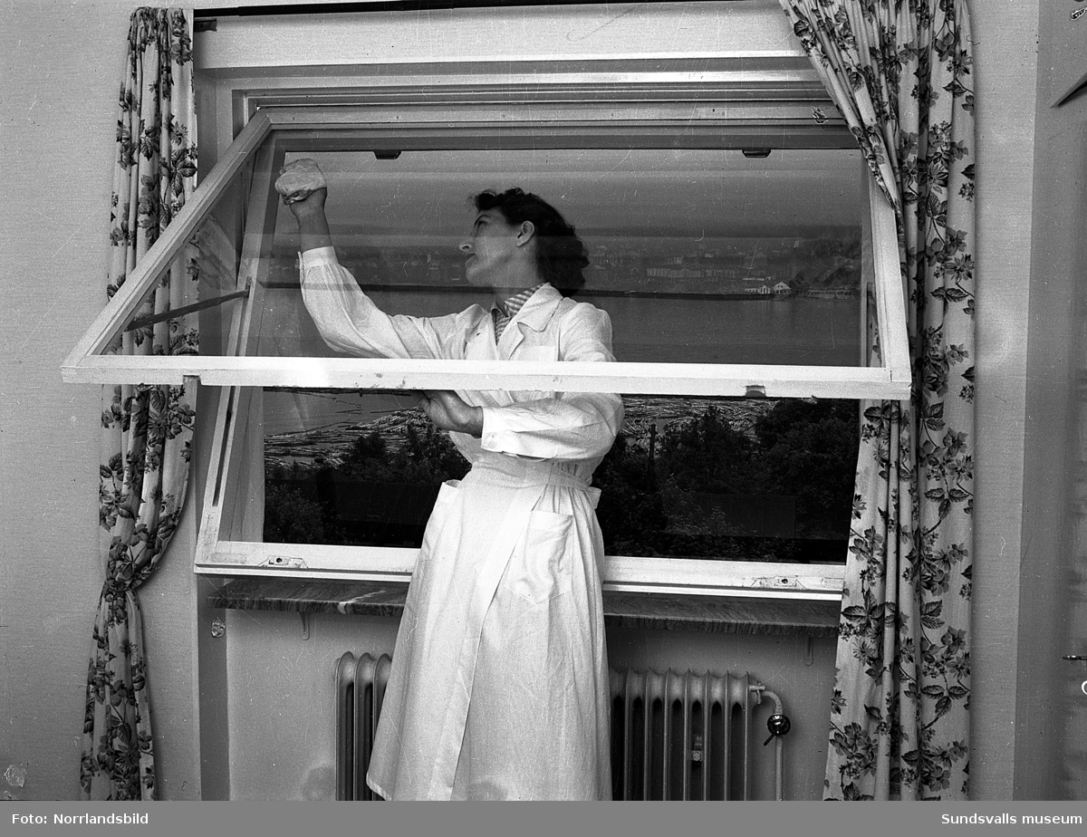 En kvinna putsar ett fönster från Kubikenborgs perspektivfönsterfabrik.