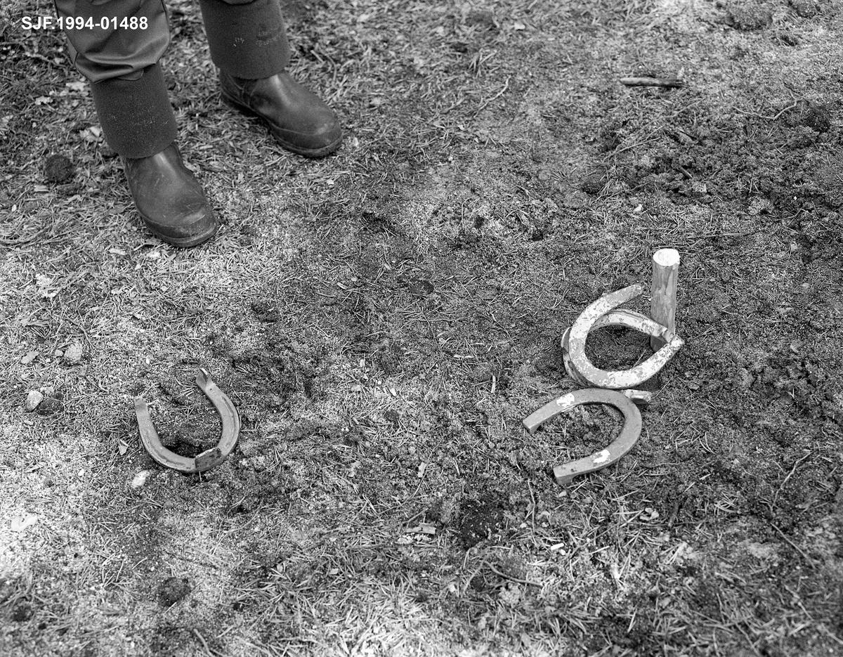 Hesteskokasting ved Stenbekk-koia. 22. 05. 1986. De yngste fløterene hadde heste- skokasting som fritidssysel om kvelden.