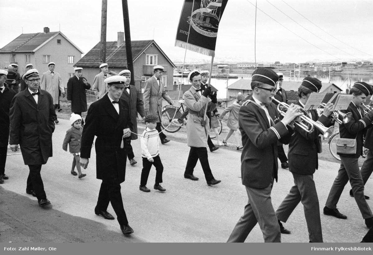 Vadsø 1968, Sangen og Musikkens Dag. Sangere går i prosesjon med fane.