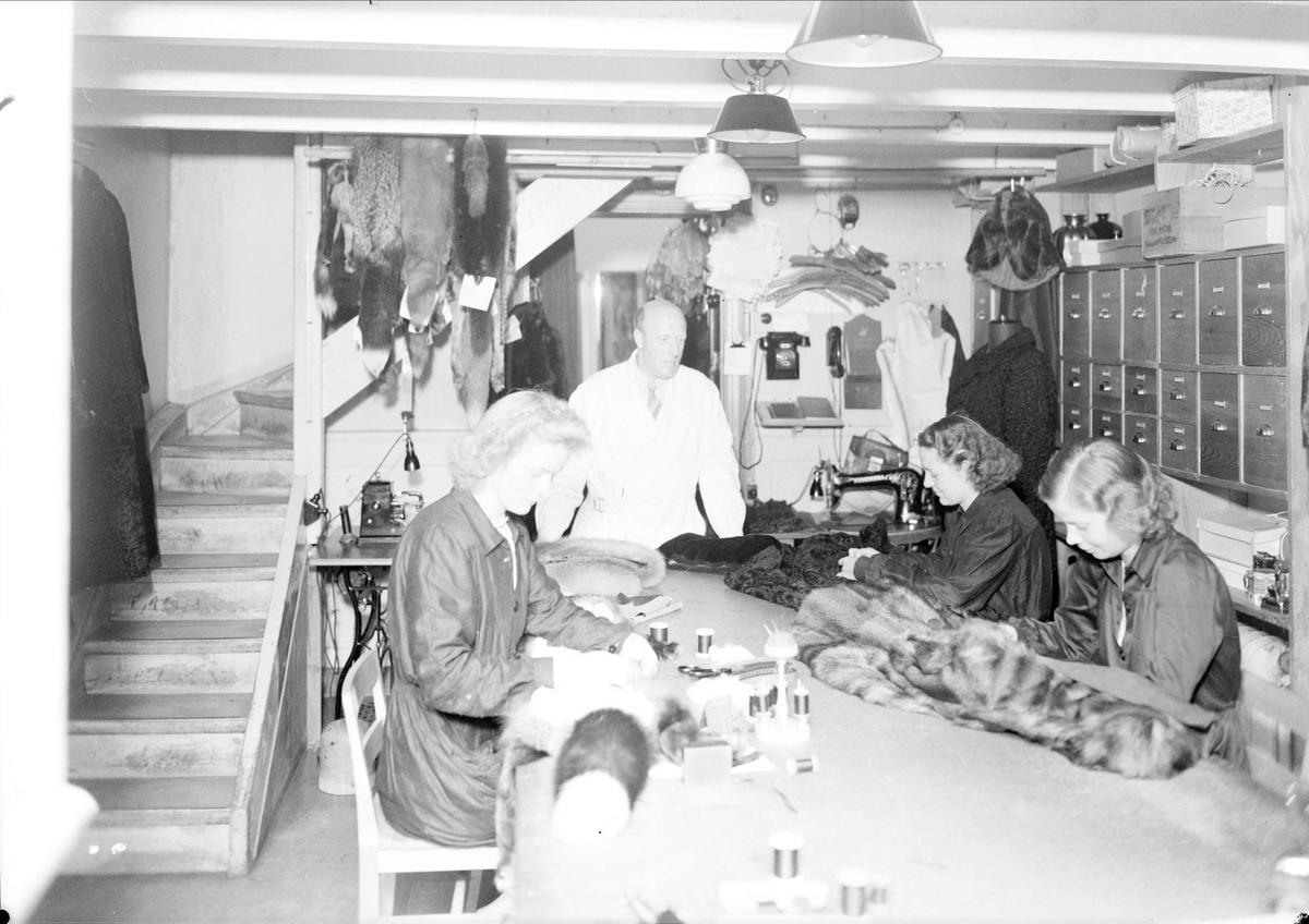 Interiör från körsnärmästare Ragnar Björkmans lokaler på Drottninggatan 1, Uppsala 1944