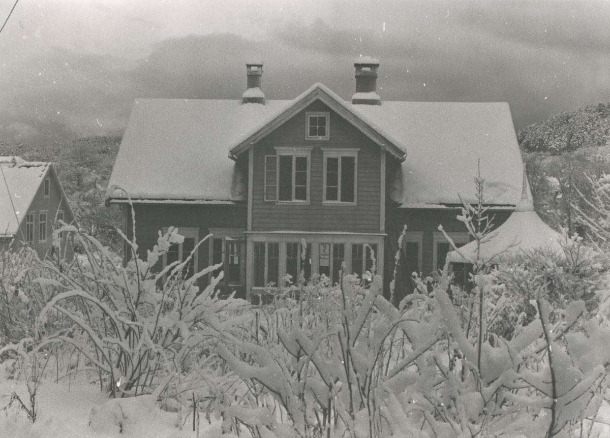 Dokumentasjonsbilder i serie av Hamrevillaen på Skuggen, Nørvasund.