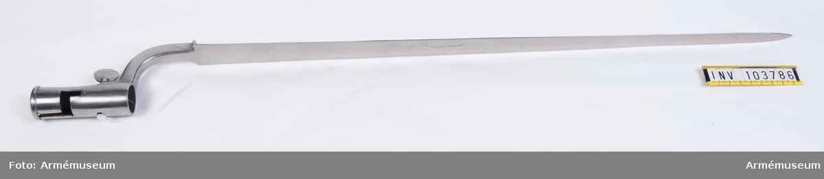 Bajonetten är en reparationsmodell ändad att sitta till höger istället för vänster om geväret. Klackspåret är igensatt och ett nytt upptaget.