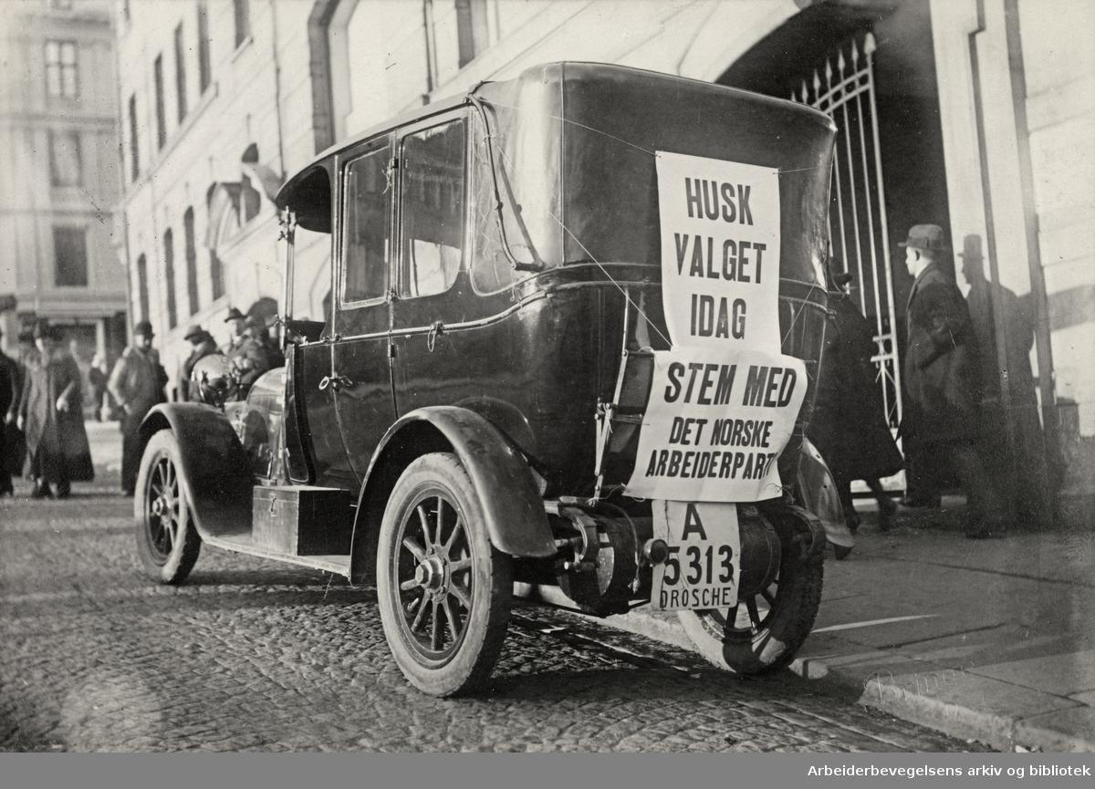 Fra valgkampen i Oslo ved stortingsvalget i 1921. Drosje i Youngsbakken, foran daværende Folkets Hus.