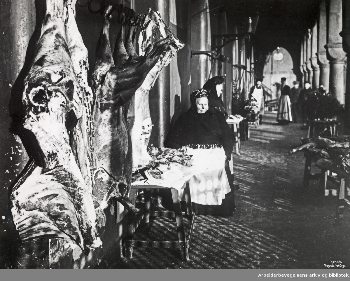 Julehandel i kjøttbasarene på Youngstorget, 1910.