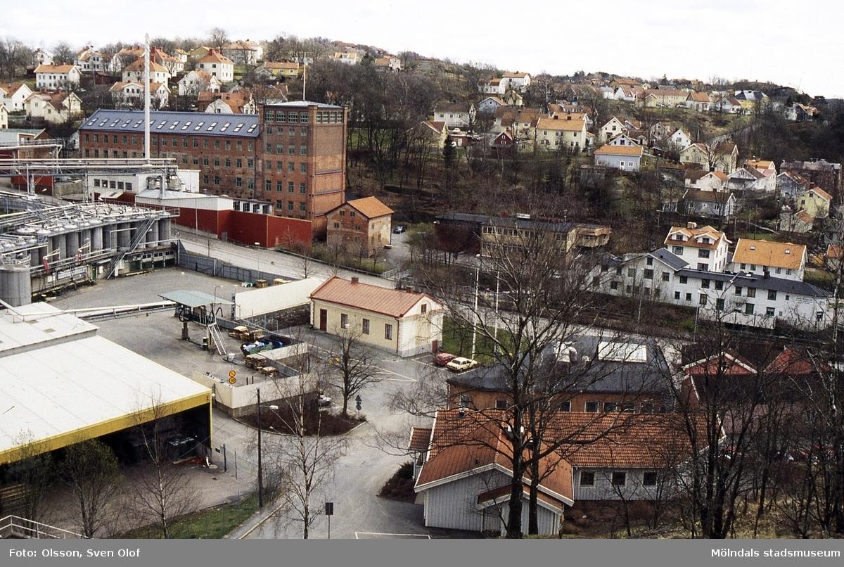 Vy från Störtfjället mot bebyggelse i Kvarnbyn, Mölndal, april 1994. Kv 17:18.