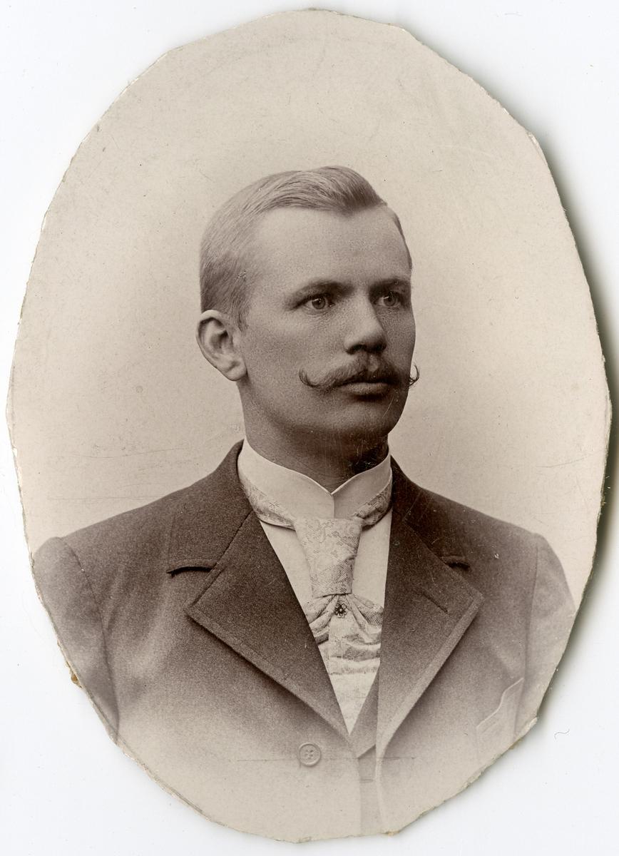 Porträtt av E. Ahlbom vid Stockholms Tyg-, ammunitions- och gevärsförråd.