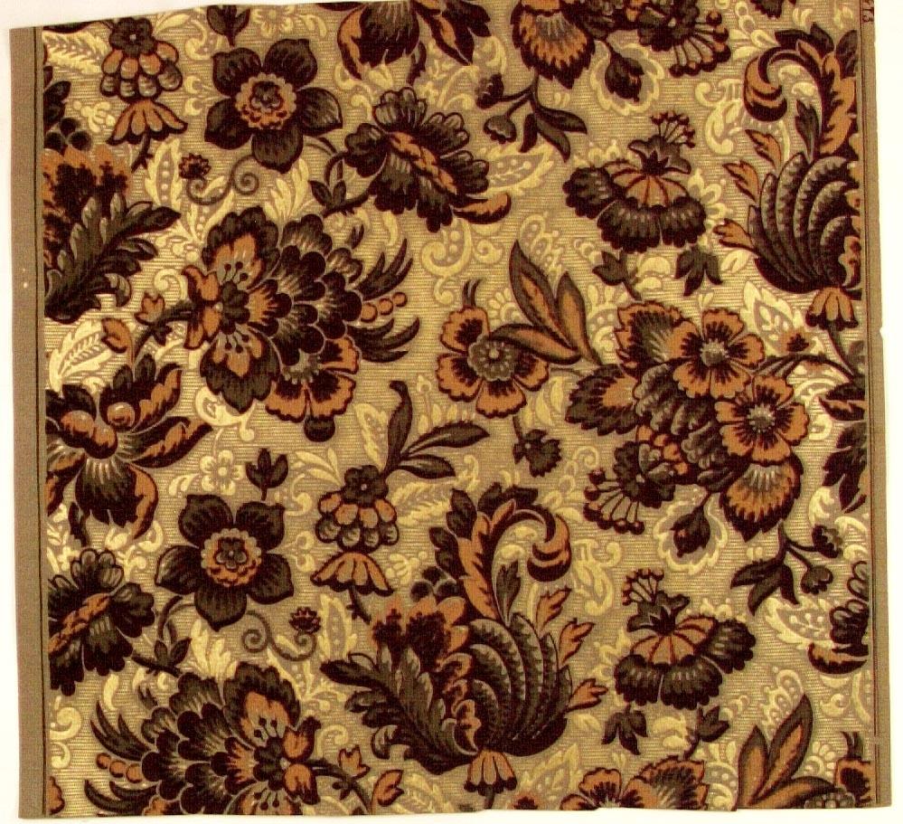 Fantasifullt blommönster i laxrosa, svart och olivgrönt på ett beige genomfärgat papper. det senare delvis dekorerat med ett mönster i guld.