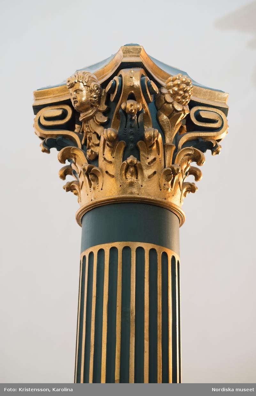 Detalj av den fasta inredningen på Kröningsläktaren, Nordiska museet