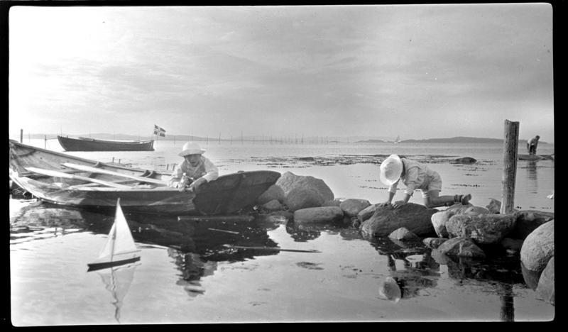 Barn leker med seilbåt