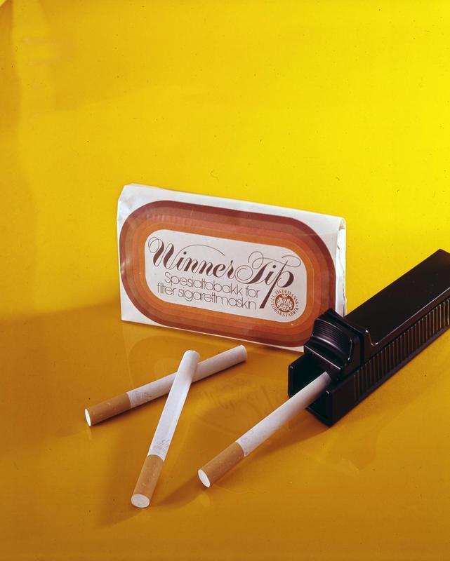 Reklamefoto av Tiedemanns Winner Tip tobakk og sigarettmaskin.