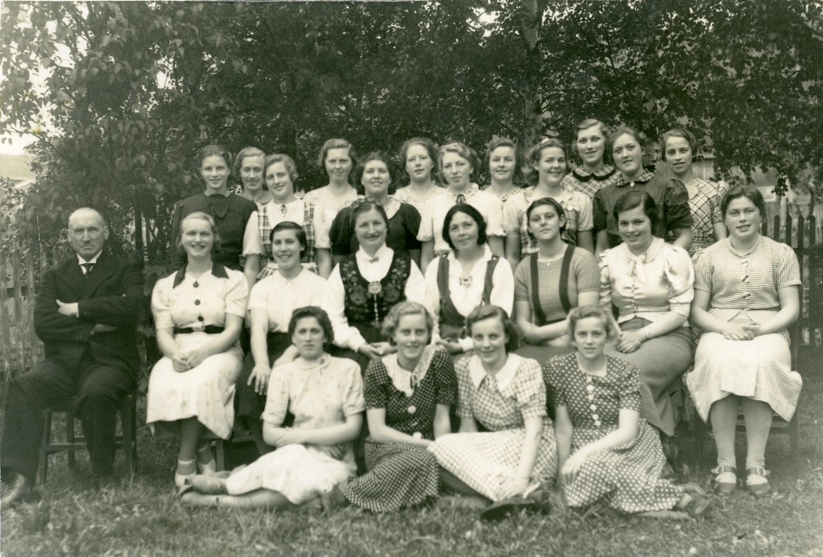 Elevar ved eit jentekurs ved Vestoppland folkehøgskule i 1938.