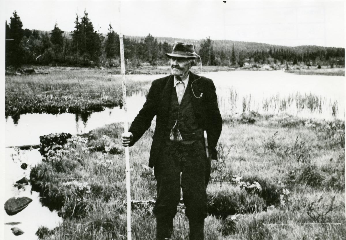 Olaus Øilund på fisketur ved Rødningen.