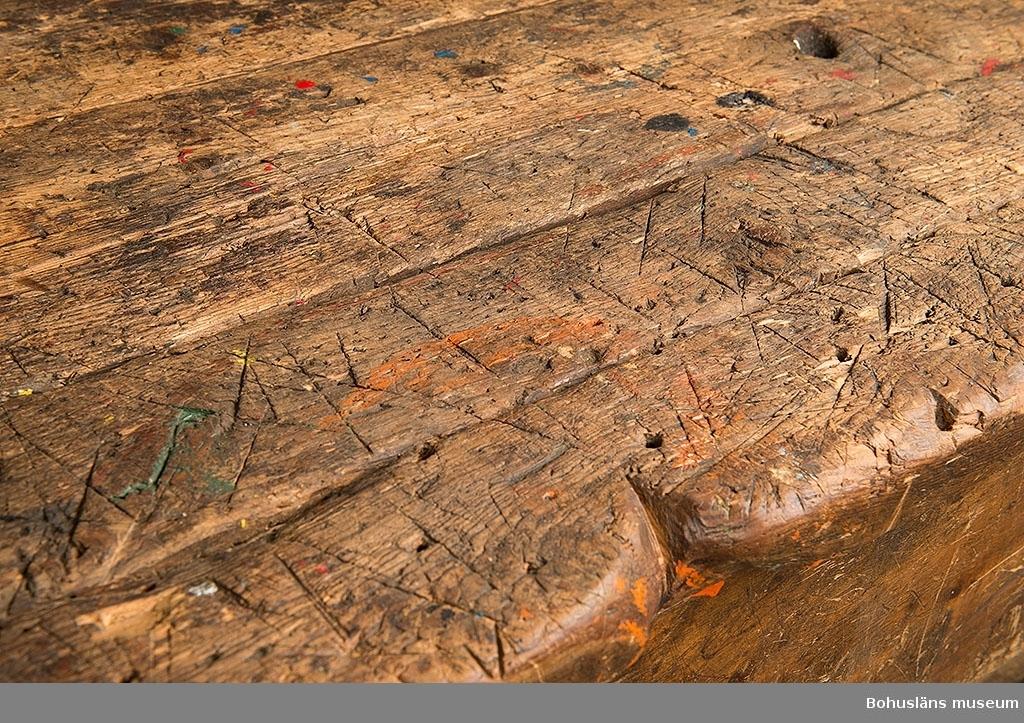 Bänken försedd med två trälådor samt bulthål för fastsättning av skruvstycke UM020161. Bänken har använts på Uddevallavarvets riggverkstad. Till bänken hör också en fottrall av trä att stå på, UM020160.