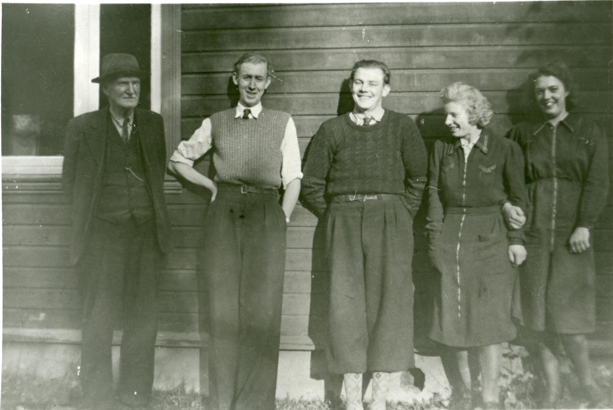 2 kvinner og 3 menn oppstilt ved en husvegg utenfor Bankvoll. Alle jobbet på forsyningsnemda.
