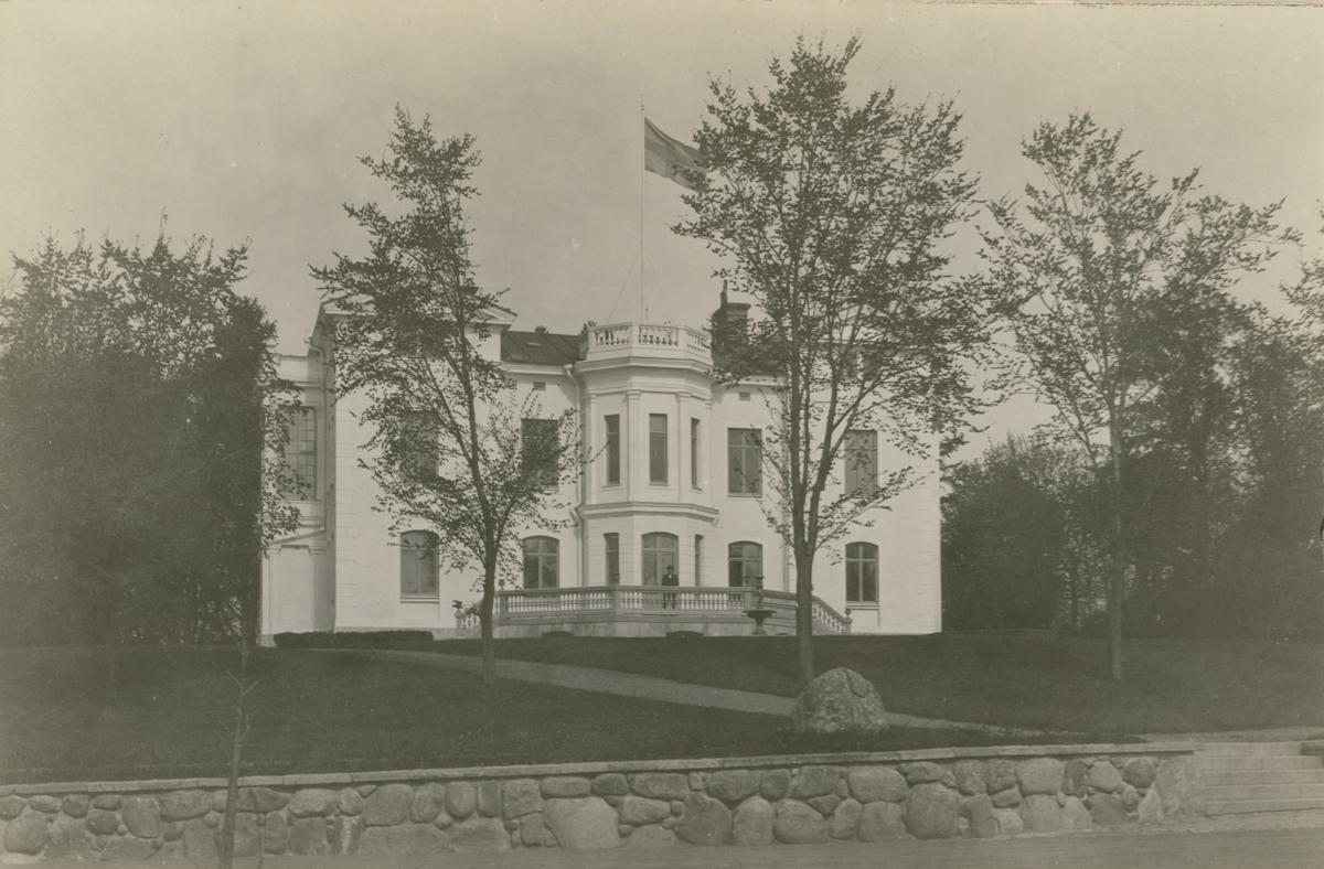 Villa Skansen. Den som lät bygga villan 1883 var handlaren och v. konsuln John Oskar Roosval.Arkitekten John Wilhelm Löfmark har ritat villan.