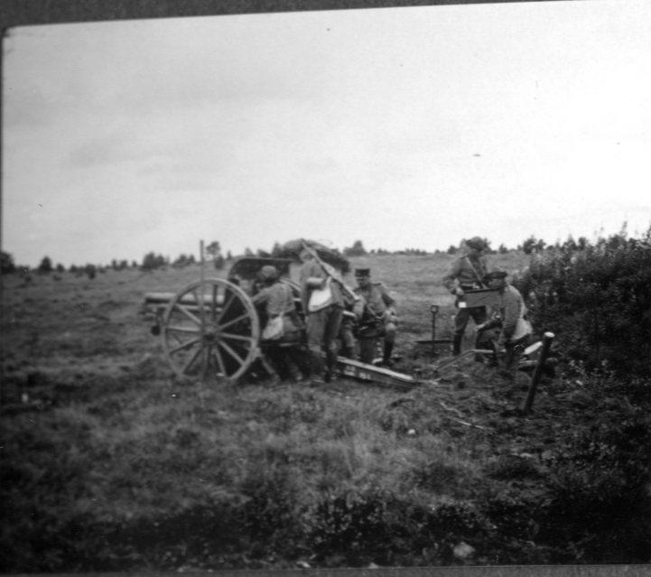 Kanon m/1902. 7,5 cm. Riktning av laddning.Tånga Hed.