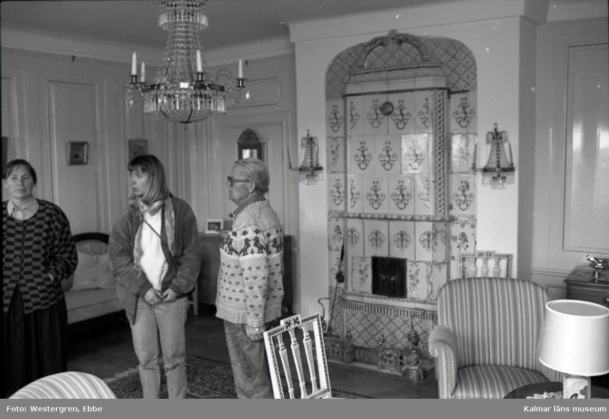 Stockholms län, Huddinge kommun, Ågesta gård. På bilden: F.v Inger Adriansson, Barbro Johnsson, Bo von Krusenstierna.  Besök på Ågersta gård hos Bo von Krusenstierna som hade det von Krusenstiernska  arkivet i sitt hem fram till dess att det skänktes till Kalmar läns museum. Det var hans far Philip von Krusenstierna som startade insamlingen.