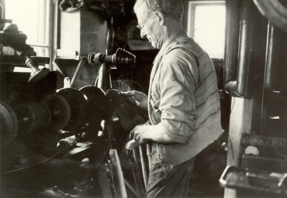 Helge Borgströms skomakarverkstad.  Verkstaden intagen till Kalmar Läns Museum, november 1979.  Skomakare Helge Borgström vid putsbordet i sin verkstad, maj 1948.