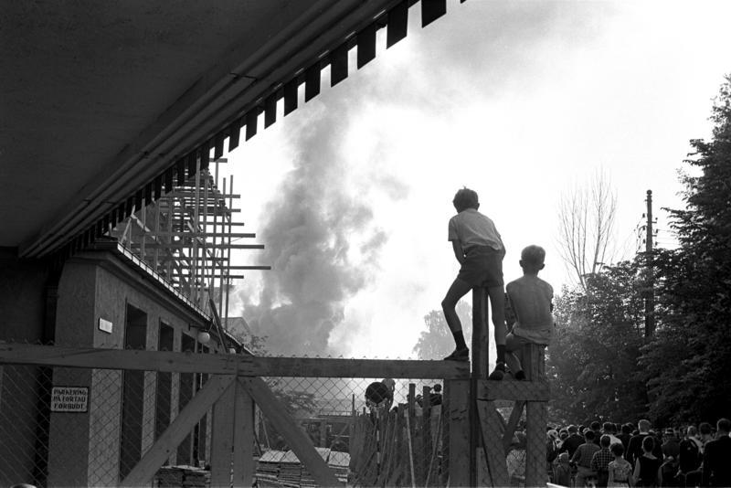 """Brann på """"Vel Vask"""", Oslo, juni 1963. Røyk og tilskuere."""