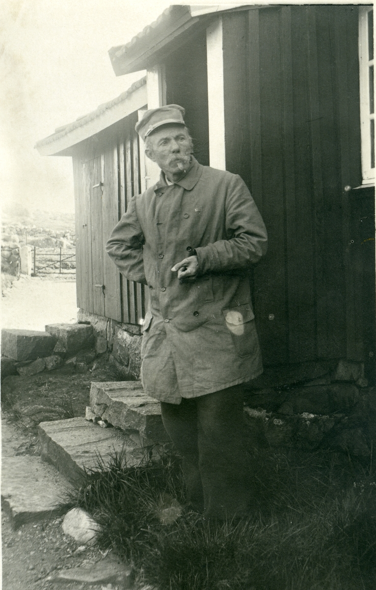 Arne Garborg utanfor huset på Knudaheio.